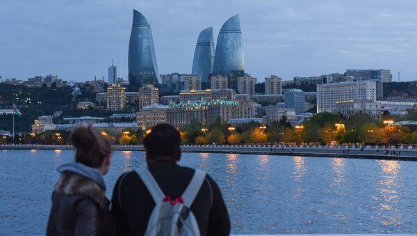 Молодая пара любуется видом на вечерний Баку - Sputnik Азербайджан