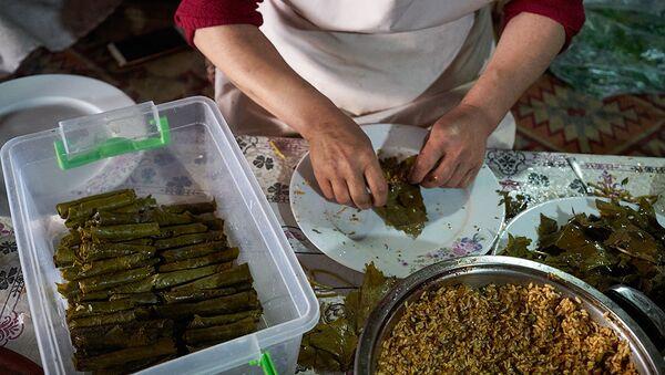 Приготовление долмы из виноградных листьев - Sputnik Азербайджан