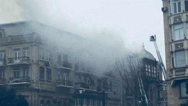Последствия пожара на крыше одного из домов в Сабаильском районе Баку - Sputnik Азербайджан