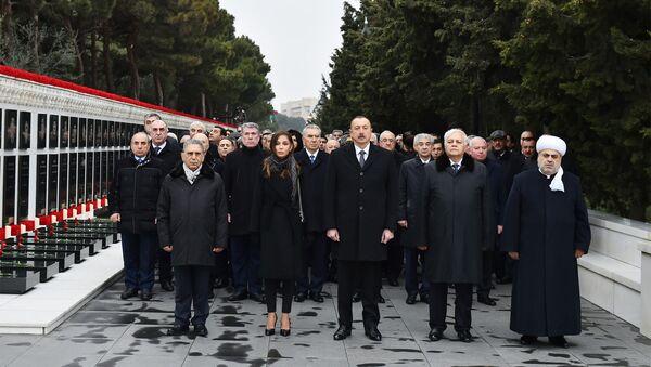 Президент Ильхам Алиев и члены правительства Азербайджана на Аллее Шехидов в Баку, 20 января 2018 года - Sputnik Азербайджан