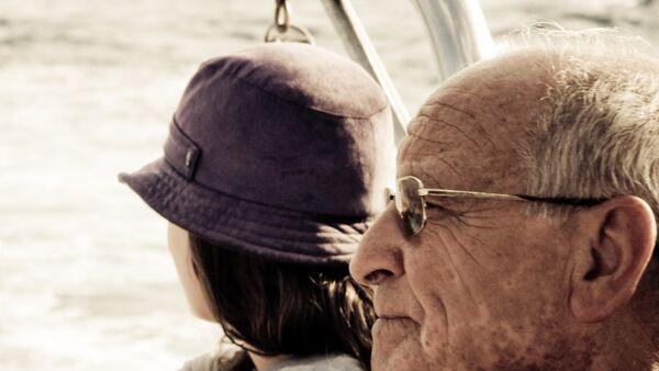 Пожилой мужчина и молодая девушка, фото из архива - Sputnik Азербайджан