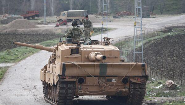 Турецкий танк в провинции Килис, недалеко от границы с Сирией, 21 января 2018 года - Sputnik Азербайджан