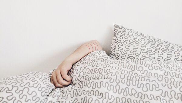 Женская рука видна из под одеяла, фото из архива - Sputnik Азербайджан