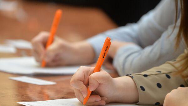 Школьники пишут диктант, фото из архива - Sputnik Азербайджан