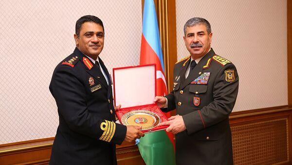 Полковник Абдулхаким Мохаммед Иса Альшану вручает министру обороны АР Закиру Гасанову медаль Верховный офицер - Sputnik Азербайджан