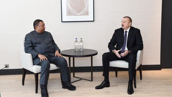 Президент Азербайджана Ильхам Алиев и генеральный секретарь ОРЕС Мохаммед Баркиндо во время встречи. Давос, 23 января 2018 года - Sputnik Азербайджан