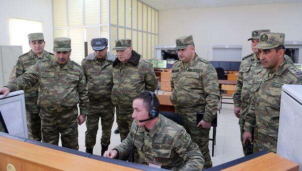 Помощник президента Азербайджана Фуад Алескеров и Министр обороны генерал-полковник Закир Гасанов посетили воинские части, дислоцированные в прифронтовой зоне - Sputnik Азербайджан