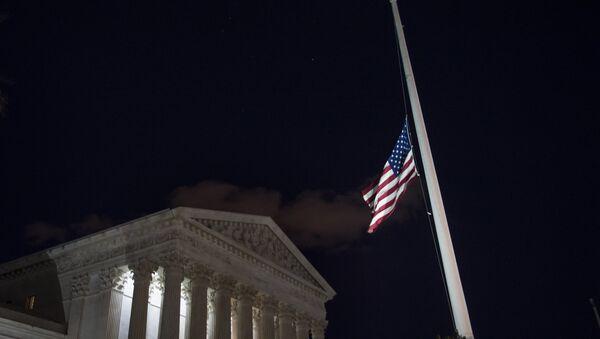 Флаг Соединенных Штатов Америки перед зданием Верховного суда США в Вашингтоне, фото из архива - Sputnik Азербайджан