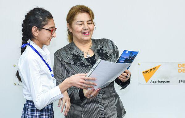 Хиджран Садыгова вручает талантливым ребятам дипломы - Sputnik Азербайджан