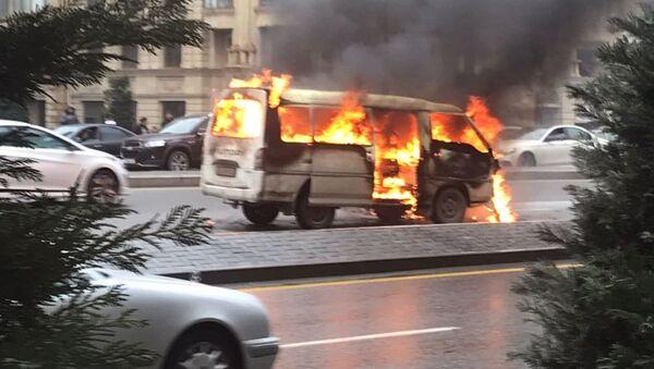 Горящий микроавтобус на проспекте Гейдара Алиева в Баку - Sputnik Азербайджан