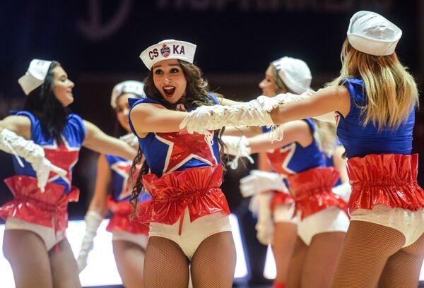Участницы шоу перед началом матча в Универсальном спортивном комплексе ЦСКА в Москве - Sputnik Азербайджан