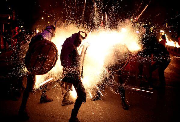 Одетые дьяволами участники традиционного огненного шествия коррефокс в испанском городе Пальма-де-Мальорка - Sputnik Азербайджан