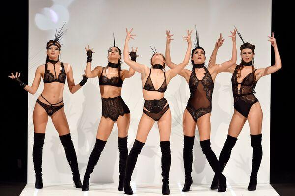 Модели во время показа на Международной выставке нижнего белья в Париже - Sputnik Азербайджан