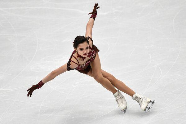 Евгения Медведева выступает в произвольной программе женского одиночного катания на чемпионате Европы по фигурному катанию в Москве - Sputnik Азербайджан
