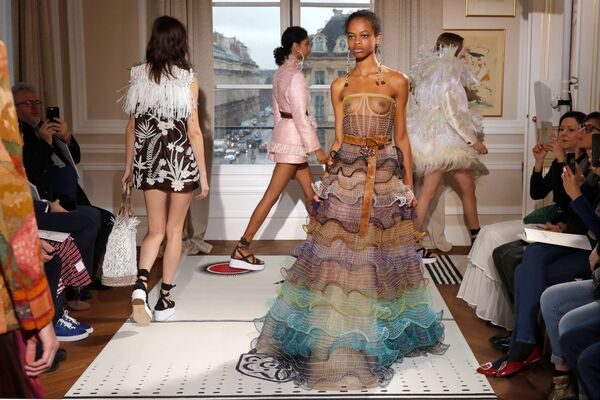 Показ коллекции Бертрана Гийона сезона весна/лето 2018 на Неделе высокой моды в Париже - Sputnik Азербайджан
