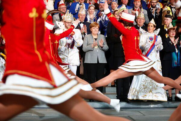 Канцлер Германии Ангела Меркель во время приема делегации карнавальных обществ в Берлине - Sputnik Азербайджан