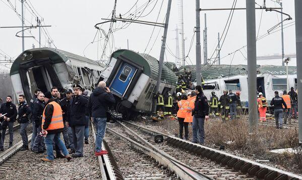 Крушение поезда в Пьольтелло, Италия - Sputnik Азербайджан