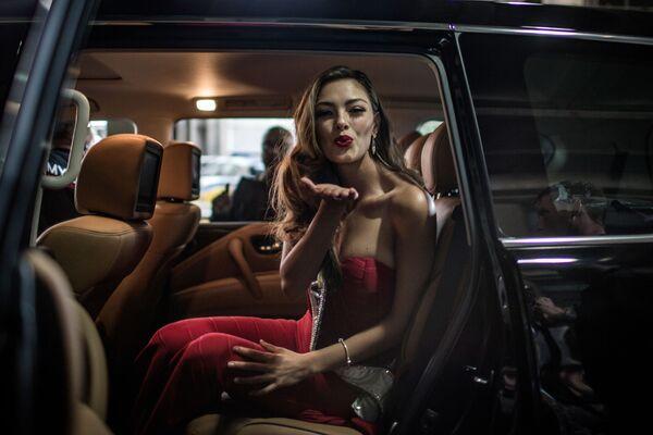 Мисс Вселенная 2017 Деми-Лей Нель-Петерс посылает воздушный поцелуй из салона автомобиля после прибытия в аэропорт Йоханнесбурга впервые после получения титула - Sputnik Азербайджан