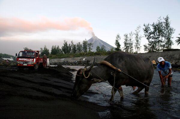 Извержение вулкана Майон на Филиппинах - Sputnik Азербайджан