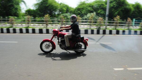 Мотоциклист в Индии, фото из архива - Sputnik Азербайджан