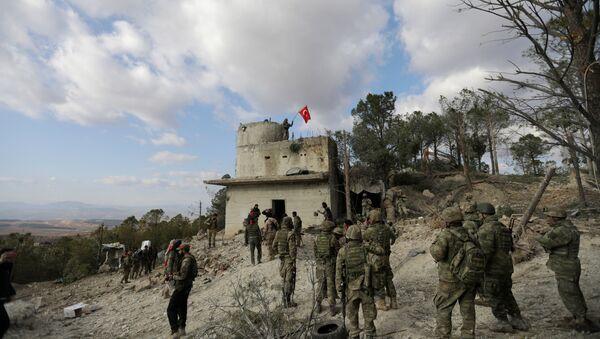 Солдаты турецких ВС размахивают флагом на горе Барсая, к северо-востоку от Африна, Сирия 28 января 2018 года. REUTERS / Халил Ашави - Sputnik Азербайджан