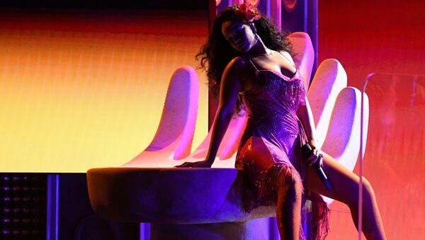 Певица Рианна на церемонии вручения Грэмми в Нью-Йорке - Sputnik Азербайджан