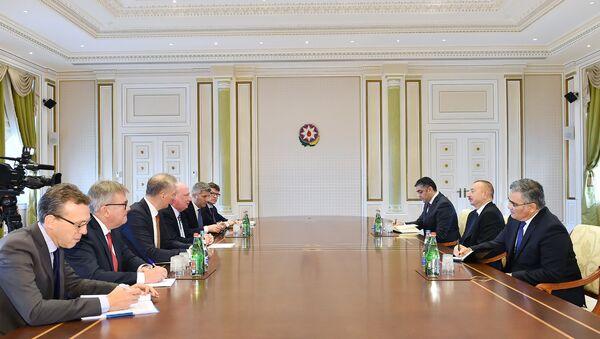 Президент Азербайджана Ильхам Алиев принял делегацию Европейской комиссии - Sputnik Азербайджан