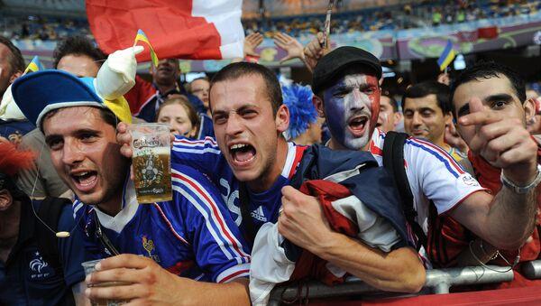 Болельщики на стадионе с пивом в руках, архивное фото - Sputnik Азербайджан