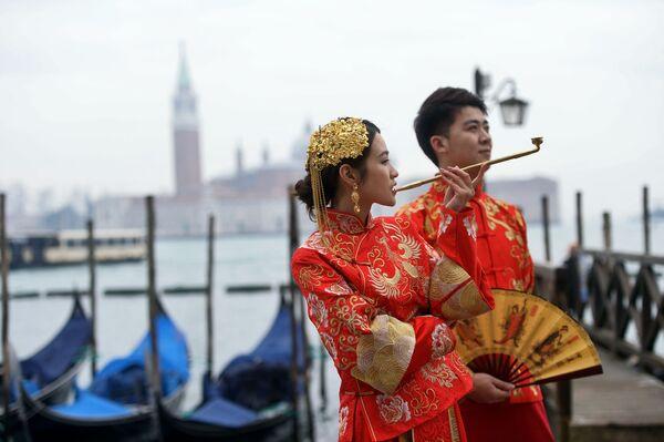Участники в азиатских костюмах во время Венецианского карнавала - Sputnik Азербайджан