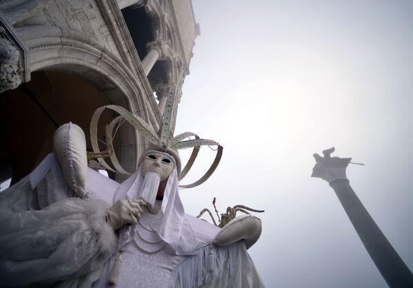 Участник Венецианского карнавала на площади святого Марка - Sputnik Азербайджан