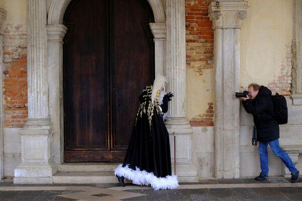 Участник Венецианского карнавала во время позирования фотографу - Sputnik Азербайджан