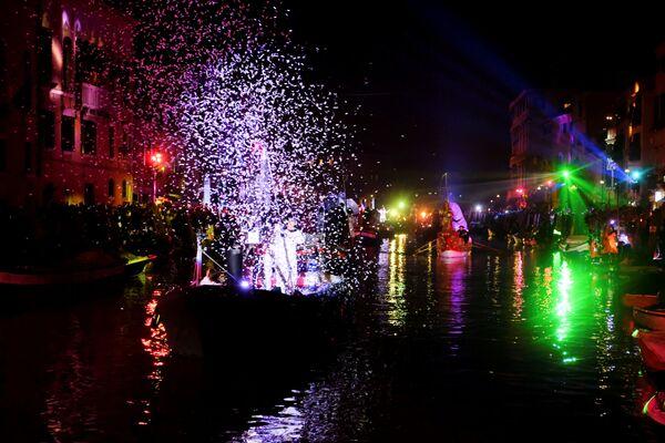 Праздничное представление на церемонии открытия Венецианского карнавала - Sputnik Азербайджан