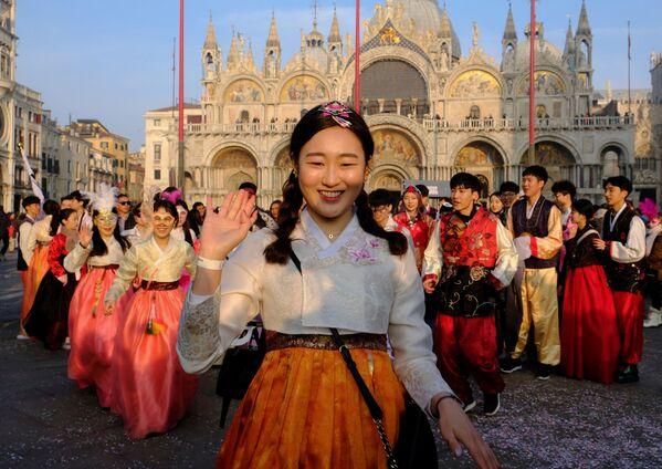 Танцовщицы из Южной Кореи на Венецианском карнавале - Sputnik Азербайджан