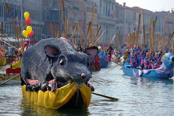 Праздничные гондолы на Гранд-канале во время Венецианского карнавала - Sputnik Азербайджан