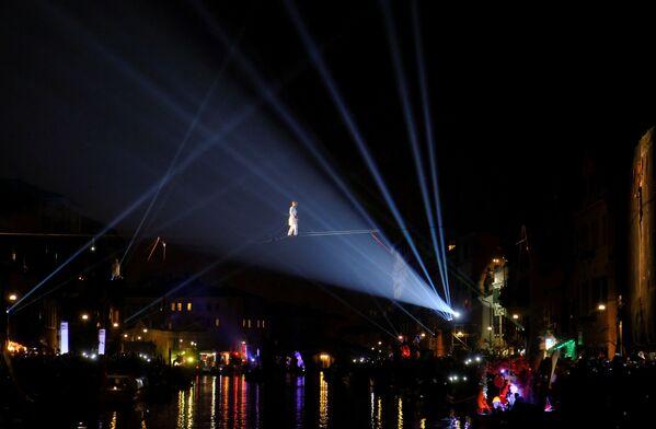 Канатоходец над каналом во время церемонии открытия Венецианского карнавала - Sputnik Азербайджан