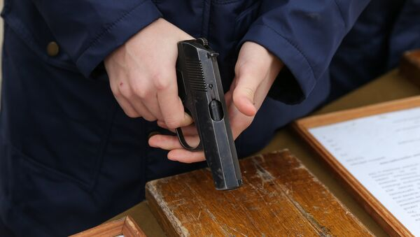 Мужчина с пистолетом в руке, фото из архива - Sputnik Azərbaycan