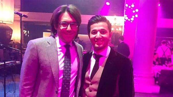 Азербайджанский певец Хайям Нисанов с известным российским ведущим Андреем Малаховым - Sputnik Азербайджан
