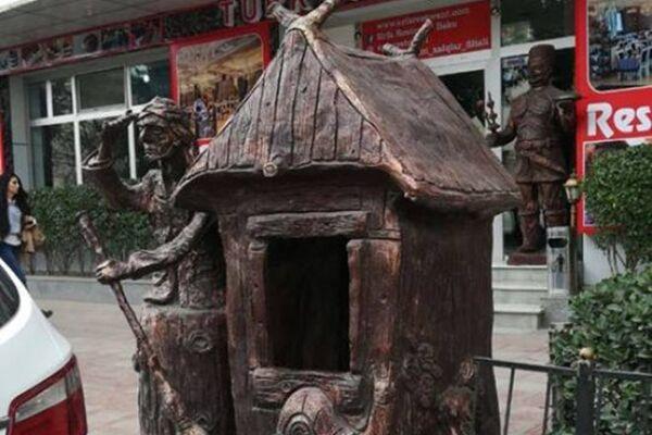 Скульптуры со сказочными персонажами, установленные у одного из ресторанов - Sputnik Азербайджан