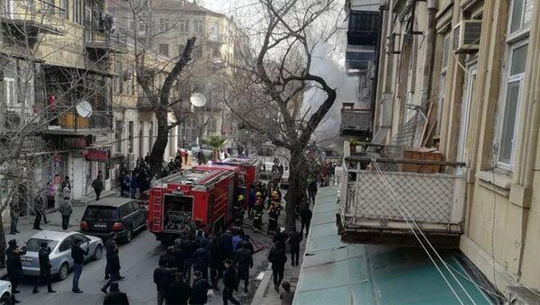 В жилом здании в Баку вспыхнул пожар - Sputnik Азербайджан