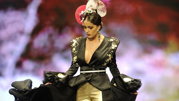 Модель во время показа коллекции дизайнера Patricia Bazarot на международной неделе моды фламенко в Севилье, Испания - Sputnik Азербайджан