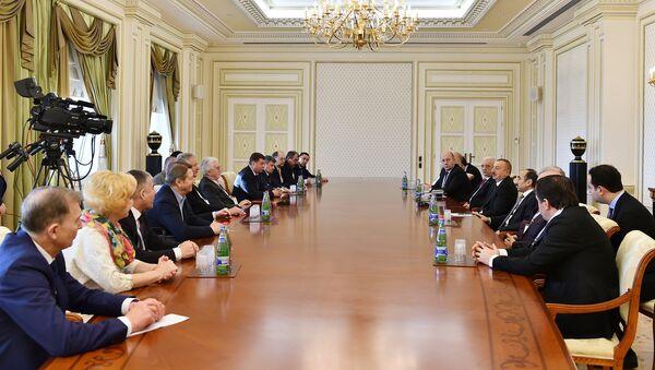 Встреча президента Азербайджана Ильхама Алиева с делегацией международных профсоюзов и профсоюзов зарубежных стран - Sputnik Азербайджан