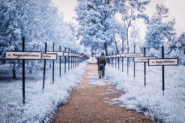 Монументальная тропинка с именами эвакуированных поселков по бокам - Sputnik Азербайджан