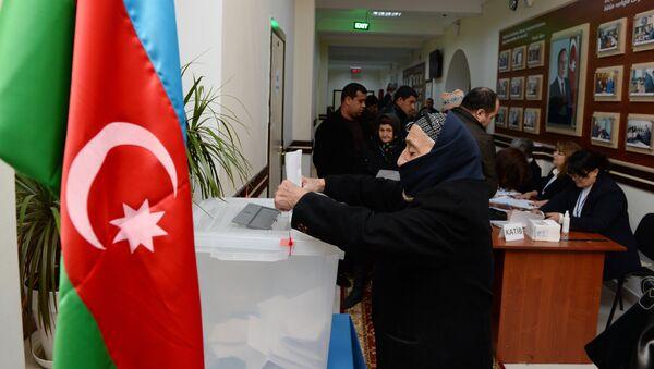 Граждане на одном из избирательных участков в Баку, архивное фото - Sputnik Азербайджан