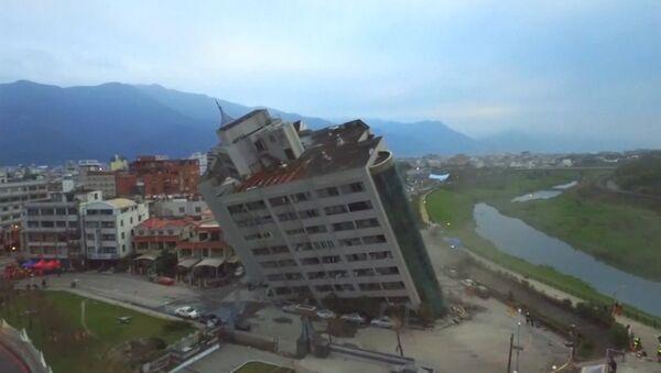 Последствия разрушительного землетрясения на Тайване - Sputnik Азербайджан