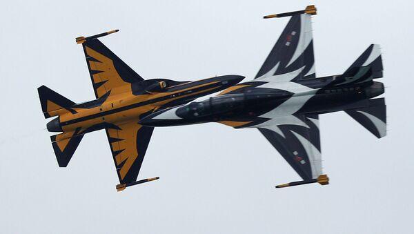 Выступление пилотажной группы Южной Кореи Черные Орлы на авиашоу в Сингапуре - Sputnik Азербайджан
