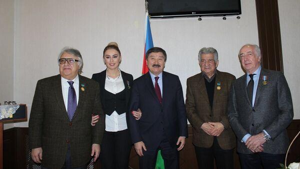 Вручение почетных медалей известным деятелям культуры и искусства Азербайджана - Sputnik Азербайджан