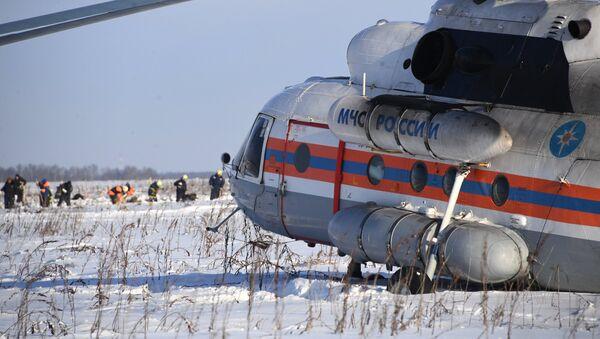 Вертолет МЧС России в Раменском районе Московской области, где самолет Ан-148 Саратовских авиалиний рейса 703 Москва-Орск потерпел крушение 11 февраля 2018 года - Sputnik Азербайджан