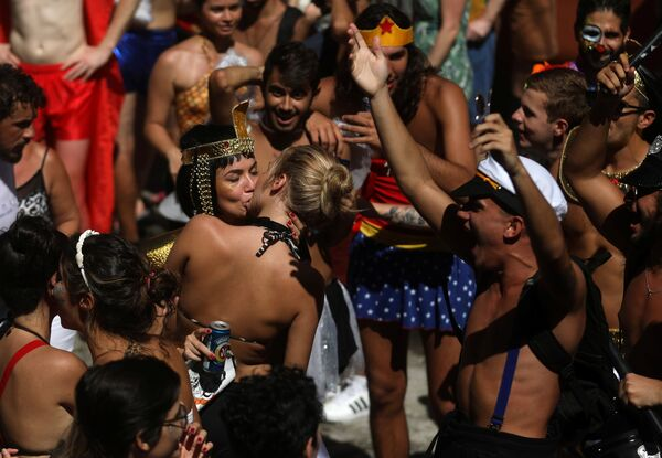 Women kiss each other during the annual block party known as Carmelitas, during carnival festivities in Rio de Janeiro, Brazil February 9, 2018 - Sputnik Азербайджан