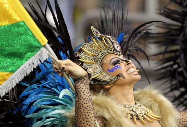 A reveller from the Peruche Samba School takes part in a carnival at Anhembi Sambadrome in Sao Paulo, February 10, 2018 - Sputnik Азербайджан