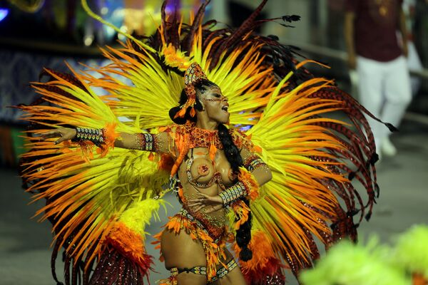 A reveller from the Mocidade Alegre Samba School takes part in Carnival at Anhembi Sambadrome in Sao Paulo, Brazil February 11, 2018 - Sputnik Азербайджан